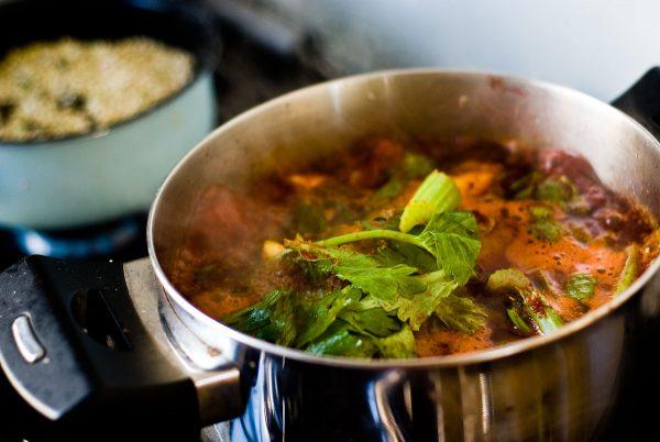 מתכון עם סייטן, ירקות שורש ו(הרבה) יין בבישול ארוך.