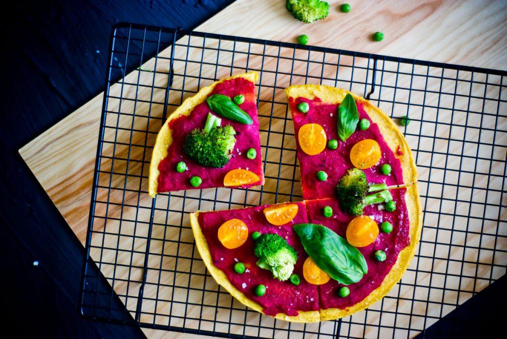 פיצה ללא גלוטן שמכינים בצ'יק צ'ק וכיף לאכול לארוחת ערב עם סלט גדול. מקור מעולה לחלבון, סידן ודלה בשומן