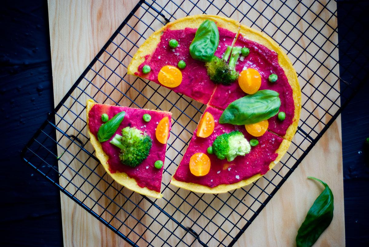 פיצה ללא גלוטן עם סלק, ברוקולי והמון ירוקים