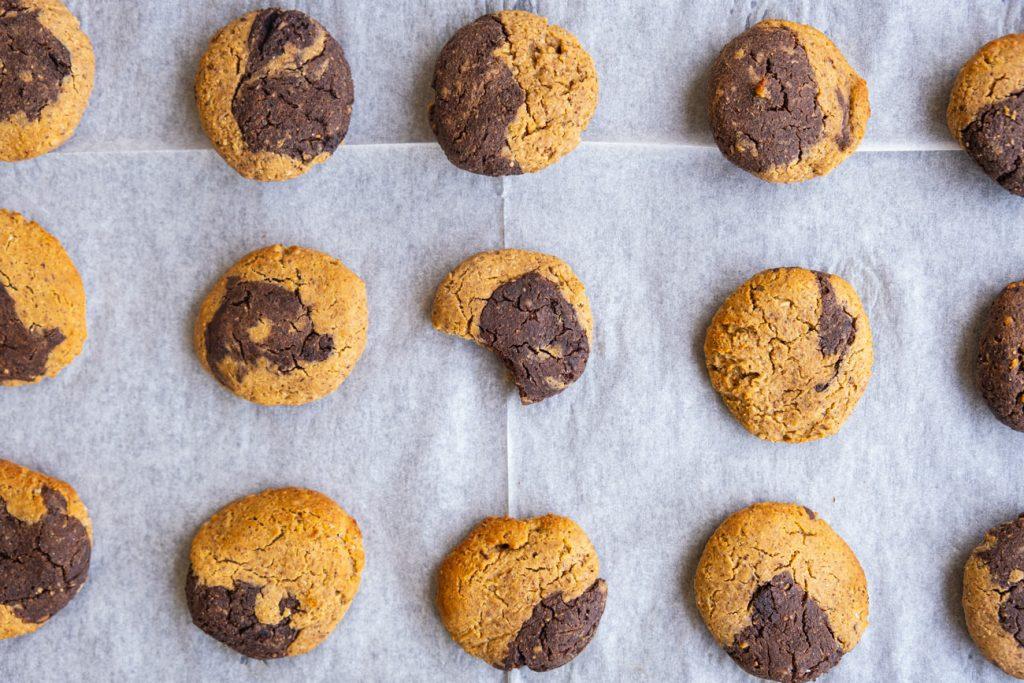 עוגיות חלבון טבעוניות ב 2 צבעים